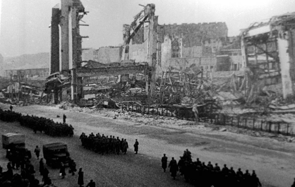 Defilada 19 stycznia 1945. Aleje Jerozolimskie, w tle ruiny Dworca Głównego.